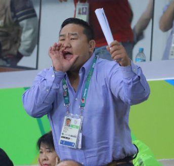 元横綱朝青龍のダグワドルジ氏、バスケ日本女子の健闘を称えカルティエのサングラス贈る