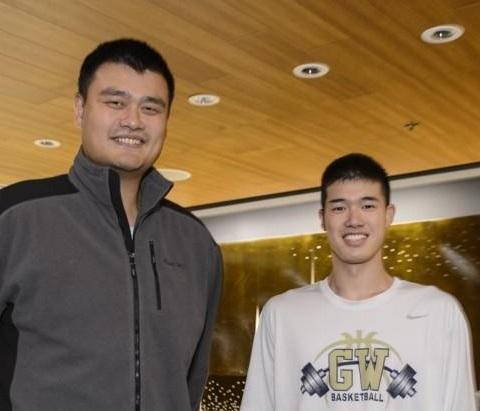 元NBA選手ヤオ・ミンとNCAA渡邊雄太のツーショット