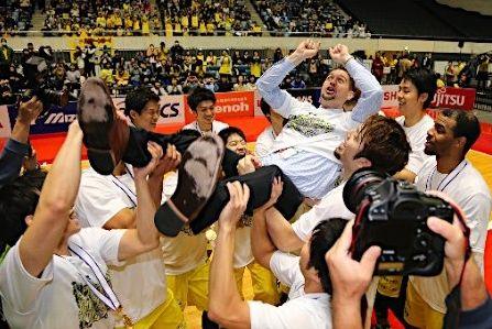 【動画】2015年バスケ全日本総合・男子天皇杯は日立サンロッカーズ東京が広島ドラゴンフライズを退け初優勝