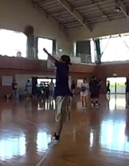 男のくせにバスケで両手シュートしてる奴wwwww