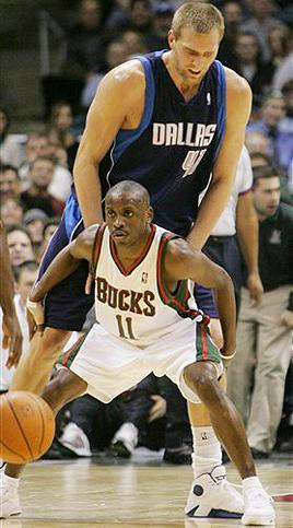 NBA実況「193cmと小柄ながら・・・」