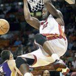 NBA選手がダンクでリングにぶらさがる行為